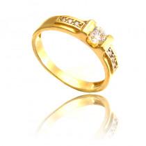Estetyczny złoty pierścionek