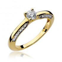 Śliczny pierścionek zaręczynowy ozdobiony brylantami