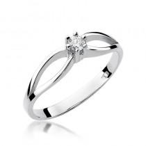 Wyszukany pierścionek zaręczynowy z białego złota i ozdobiony diamentem
