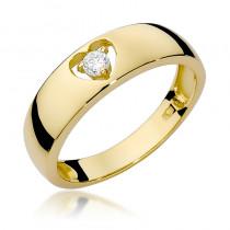 Uroczy złoty pierścionek z serduszkiem ozdobiony diamentem