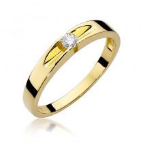 Wyszukany złoty pierścionek zaręczynowy przyozdobiony diamentem