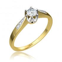 Lśniący złoty pierścionek zaręczynowy przyozdobiony diamentami
