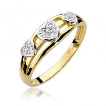 Uroczy złoty pierścionek z trzema serduszkami wysadzanymi diamentami