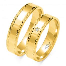 Szykowne, płaskie złote obrączki ślubne z finezyjnym zdobieniem