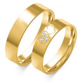 Złote obrączki ślubne ozdobione sercem