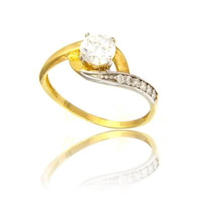 Złoty błyszczący pierścionek