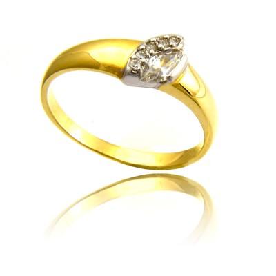 Złoty pierścionek z zachwycającym zdobieniem