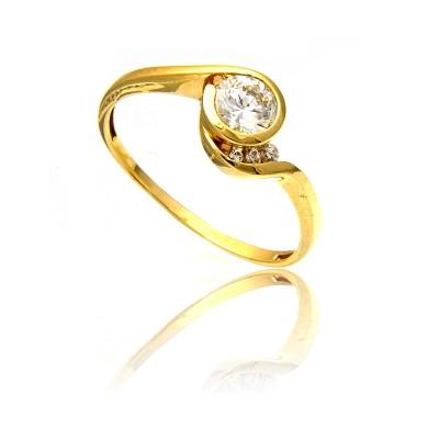 Złoty pierścionek o ładnym kształcie
