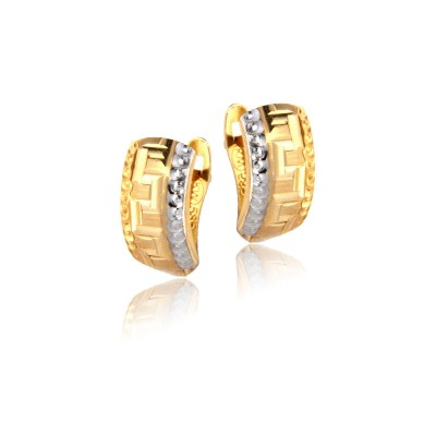 Złote kolczyki zdobione ornamentem