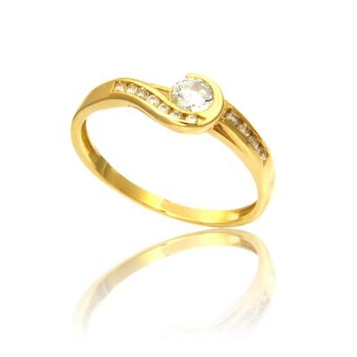 Elegancki tradycyjny złoty pierścionek