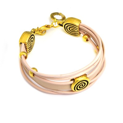 Różowa skórzana bransoletka ze złotymi elementami