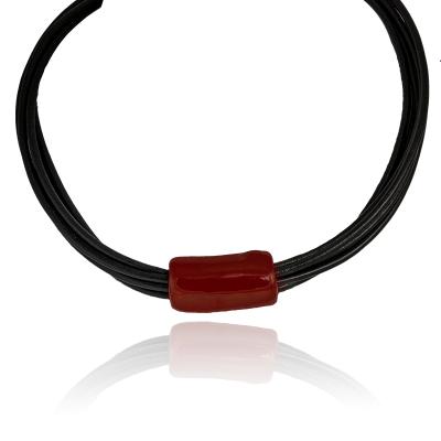 Naszyjnik modowy z bordową ceramiką na czarnych rzemieniach
