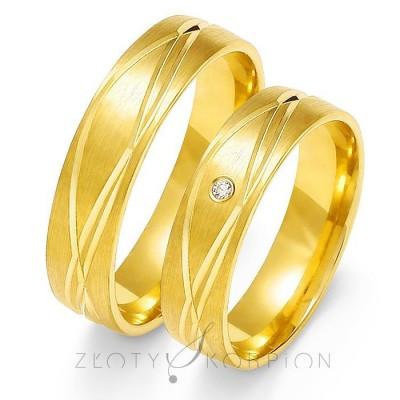 Wyszukane złote obrączki ślubne z wytwornymi nacięciami