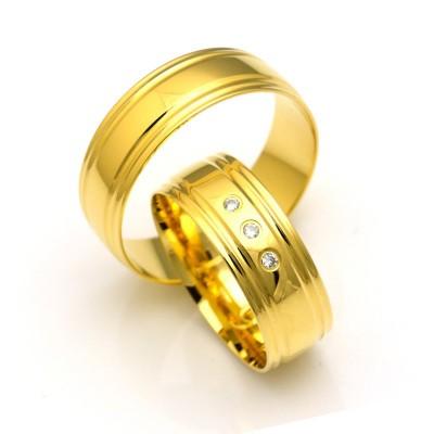 Obrączki ślubne z żółtego złota z dodającym uroku nacięciem