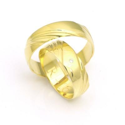 Obrączki ślubne złote uroczo i delikatnie zdobione