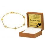 Śliczna złota bransoletka ozdobiona diamentowanymi serduszkami