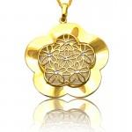 Urocza złota zawieszka z kwiatkami