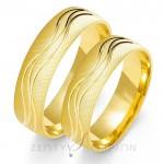 Wytworne złote obrączki ślubne o ciekawym wykończeniu powierzchni